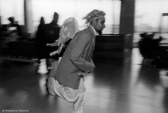 Ref ANGE 15 – Ange en patins a roulettes dans l'aéroport d'Orly, France