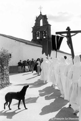 Ref CHRISTUS 16 – Procession de pénitents blancs avec un chien noir, Berciano de Aliste (Zamora), Espagne