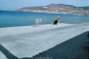 REF GRECE BLEUE 14 – Femme assise devant la mer, Ile de Lesbos