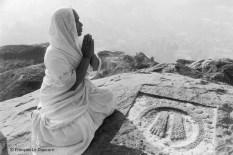 Ref Inde 12 – Femme jain priant devant une empreinte de pieds sacrés, Sravana Belgola