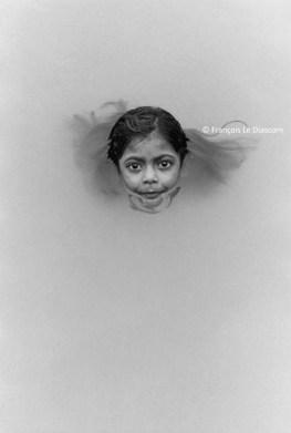 Ref Inde 16 – Visage de petite fille dans le Gange, Bénarès