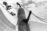 Ref Inde 18 – Femme faisant sécher son sari. Rishikesh