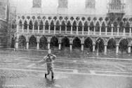 Ref VENISE 10 – Pierrot courant sous la neige devant le Palais des Doges pendant le carnaval