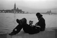 Ref VENISE 14 – Couple devant la lagune