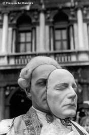 Ref VENISE 17 – Casanova tenant son masque de carnaval