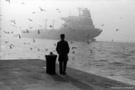 Ref VENISE 18 – Homme regardant un pétrolier