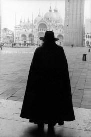 Ref VENISE 2 – Homme en cape noire devant Saint Marc