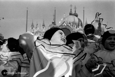 Ref VENISE 4 – Petite fille en costume de Pierrot devant la basilique Saint Marc