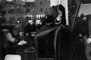 Ref VENISE 6 – Personnage de la mort et petite fille derrière une vitrine, Carnaval