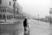 Ref VENISE 7 – Couple sous la neige pendant le carnaval