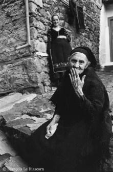 Ref Grèce 10 – Vieille femme grecque et jeune femme en habit traditionnel, Metsovon, Grèce