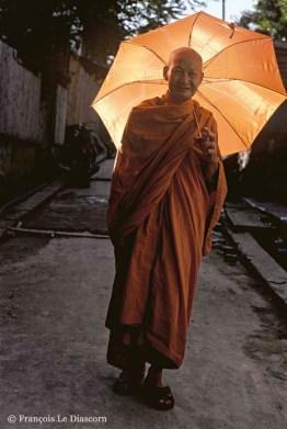Ref BOUDDHA 10 – Portrait d'un moine avec parapluie orange Luang Prabang, Laos