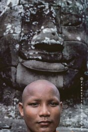 Ref BOUDDHA 13 – Portrait d'un moine et tête sculptée du temple de Bayon, Angkor, Cambodge