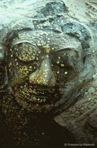 Ref BOUDDHA 17 – Visage de Bouddha avec taches d'or, Wat Tham Mongkon Thong (Kanchanaburi),Thaïlande