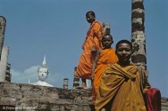 Ref BOUDDHA 6 – Bouddha et moines, temple à Sukhothai, Thaïlande